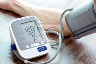 Plakat Manometr do kontroli ciśnienia krwi i monitor pracy serca z cyfrowym manometrem. Pojęcie opieki zdrowotnej i medycznej