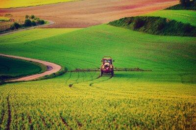 Plakat maszyny rolnicze rozpylanie środków owadobójczych na zielonym polu, rolnictwo naturalne sezonowy wiosna tło, vintag stylu retro hipster
