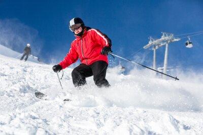 Plakat Mężczyzna na nartach narciarz w ośrodku narciarskim