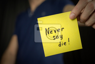 f7de8e0c28a53a Plakat Mężczyzna trzyma żółty napis na naklejce Nigdy nie giń! Niebieska  koszulka. zbliżenie,
