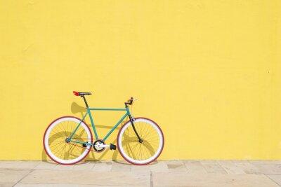 Plakat Miasto bicykl załatwiająca przekładnia na kolor żółty ścianie