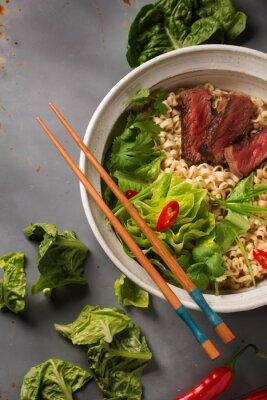 Plakat Miska chińskich makaronem ramen z wołowiny, kapusta pekińska