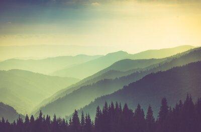 Plakat Misty latem wzgórza krajobraz górski.