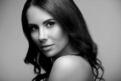 Plakat młoda kobieta z nagie ramiona, czarne i białe