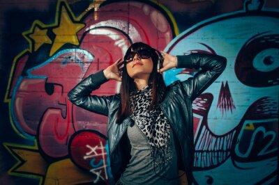 Plakat Młoda kobieta z słuchawki korzystających z muzyką
