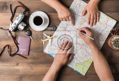 Plakat Młoda para planowania podróż urlop na mapie. Widok z góry.