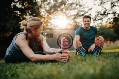 Plakat Młoda para robi swoje odcinki w parku