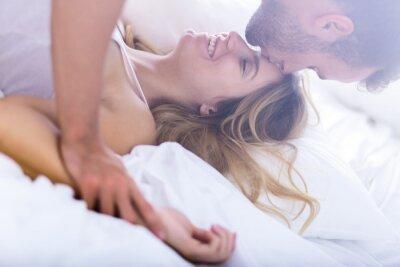 Plakat Młode małżeństwo w czasie porannego seksu