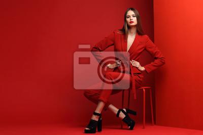Plakat Moda młoda kobieta w czerwonym kostiumu.