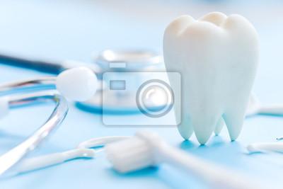 Plakat Model stomatologiczny i sprzęt stomatologiczny na niebieskim tle, koncepcja obrazu dentystycznego tła. Tło higieny jamy ustnej