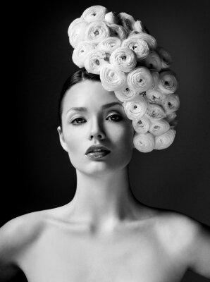 Plakat modelka z dużym fryzurę i kwiaty we włosach.