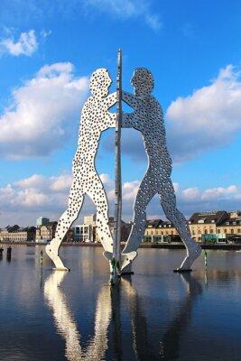 Plakat Molecule Man rzeźby na rzece Spree w Berlinie