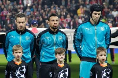 Plakat Monachium - 04 listopada: Mathieu Debuchy, Gabriel Paulista i Pet Cesh W meczu Ligi Mistrzów Bayern Monachium - Arsenal na Allianz Arena 4 listopada 2015 w Monachium, Niemcy