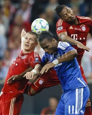 Plakat MONACHIUM, 19 maja - Drogba z Chelsea (M) pomiędzy Schweinsteiger (L) oraz Boateng (R), FC Bayern Munich vs Bayern czasie Chelsea UEFA Champions League gra końcowa na Allianz Arena w dniu 19 maja 2012