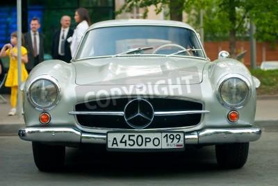 Plakat MOSKWA - 15 maja: Srebrny Mercedes na wystawie archiwalne w Mercedes-Benz Day-2010 classic, oldtimer ogromne rajdowy, Moskwa, Rosja, od 15 maja 2010