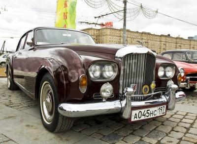 Plakat MOSKWA - 21 kwietnia: samochód retro Bentley na zlot klasycznych samochodów na Poklonnaya wzgórzu, 21 kwietnia 2013 roku, w mieście Moskwa, Rosja.