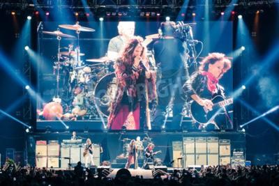 Plakat MOSKWA, Rosja - 24 maja 2014 - zespół rockowy Aerosmith Amerocan wykonuje na Olimpijskim w dniu 24 maja 2014 roku Moskwy