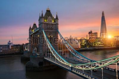 Plakat Most London Tower o zachodzie słońca w słoneczny letni wieczór - zastrzelony na tle błękitnego nieba w lśniące słońce