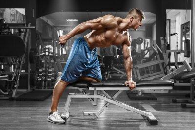 Plakat Muskularny mężczyzna pracy w siłowni robi ćwiczenia z hantlami na triceps, silny mężczyzna nagi tors abs