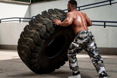 Plakat Muskularny mężczyzna uczestniczący w przekroju treningu fit