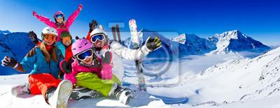 Plakat Narciarstwo, panorama - rodzina cieszy zimowy urlop