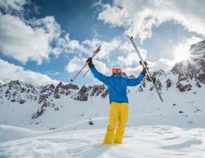 Plakat Narciarz w wysokich górach