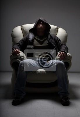 Plakat niebezpieczny człowiek siedzi w białym krześle