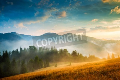 Plakat Niesamowity krajobraz górski z mgły i stogu siana