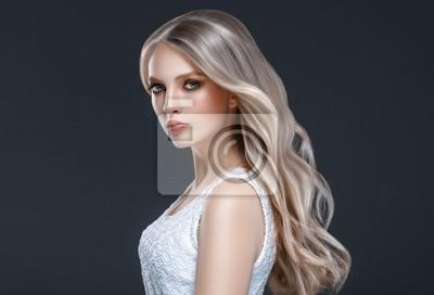Plakat Niesamowity portret kobiety. Piękna dziewczyna z długimi falującymi włosami. Blondynka model z fryzurą na czarnym tle