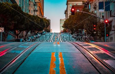 Plakat Niski kąt zmierzchu widok pustej drogi z torów kolejki linowej prowadzącej stromym wzgórzu na słynnej ulicy California o świcie, San Francisco, Kalifornia, USA