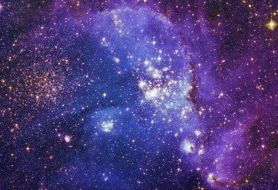 Plakat Nocne niebo z chmurami w tle gwiazdy mgławicy. Kolorowe Fractal farby, zapala się na temat sztuki, abstrakcyjny, kreatywności. Planeta i galaktyki w wolnej przestrzeni. Elementy tego zdjęcia dostarczo