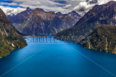 Plakat Nowa Zelandia. Milford Sound (Piopiotahi) z góry - głowa fiordu, lotnisko Milford Sound w tle
