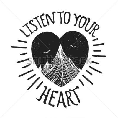 Plakat Obejmuje ilustracja z górami wśrodku serca. Posłuchaj swojego serca - cytat z liter. Motywacja i inspiracja plakat typografia z tekstem. Projekt karty z pozdrowieniami, nadruk koszulka, grafika zeszyt