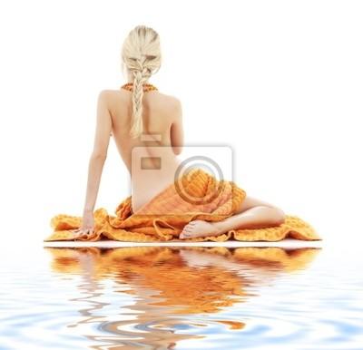 Plakat obraz piękne damy z pomarańczowych ręczniki na białym piasku
