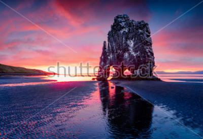 Plakat Ogromny bazaltowy stos Hvitserkur na wschodnim brzegu półwyspu Vatnsnes. Kolorowy lato wschód słońca w północnym zachodzie Iceland, Europa. Piękno natury pojęcia tło.
