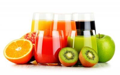 Plakat Okulary różnorodnych soków owocowych na białym. Detox dieta