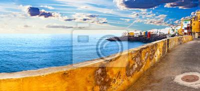 Paisaje de mar y pueblo costero.Casas sobre el acantilado y puesta de sol.Perto de la cruz, Teneryfa, Islas Canarias