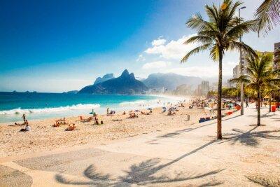 Plakat Palmy i Two Brothers górskie na plaży Ipanema w Rio de Janeiro