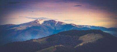 Plakat Panoramiczny krajobraz górski wiosną.