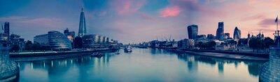 Plakat Panoramiczny widok na Londyn i Thames o zmierzchu, z wieży Brid