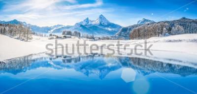 Plakat Panoramiczny widok na piękną zimową scenerię cudów zimowych w Alpach ze śnieżnymi szczytami górskimi odbijającymi się w krystalicznie czystym górskim jeziorze w zimny słoneczny dzień z błękitnym niebe