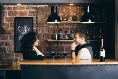 Plakat Para w barze z dwa kieliszki wina