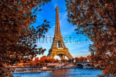 Plakat Paryska wieża eifla i rzeczny wonton w Paryż, Francja. Wieża Eiffla jest jednym z najbardziej znanych zabytków Paryża. Jesień Paryż.