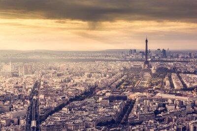 Plakat Paryż, Francja Skyline o zachodzie słońca. Wieża Eiffla w romantycznej złotym światłem