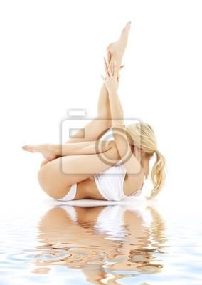Plakat pasuje blond w białym bielizna ćwiczenia jogi na białym piasku