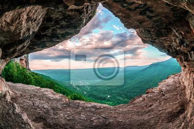 Plakat Pi? Kny krajobrazowy letni krajobraz widok Mezmay wsi od wewn? Trznej Dzi? Kuj? Cy rocky Grota w górach Kaukazu, Lenina Rock Shelf, Rosja