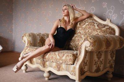 Plakat Piękna blondynka w seksownej bieliźnie