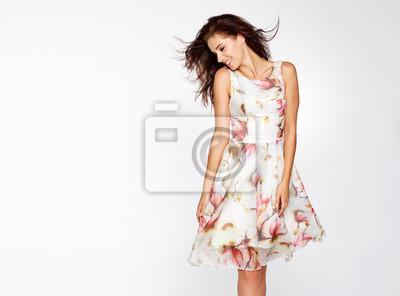 Plakat Piękna czarująca kobieta stwarza w letniej sukience