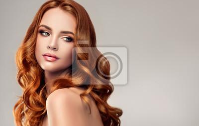 Plakat Piękna dziewczyna model z długimi, kręconymi włosami .Red głowy. Produkty kosmetyczne i pielęgnacyjne