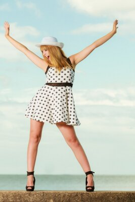 Plakat Piękna dziewczyna w stylu retro w polka przerywaną sukience.